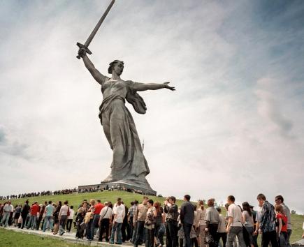 """""""Krieg ohne Krieg"""" -  Wie sich der Fotograf Meinrad Schade dem Krieg annähert"""